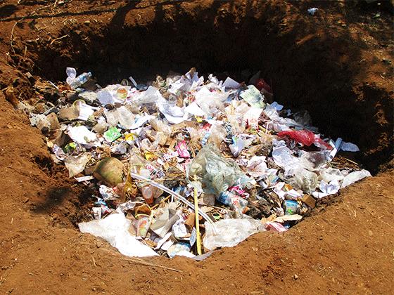 ドンニャイ校 校舎裏に掘られたゴミ捨て穴