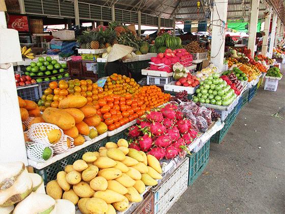 色とりどりの果物が並ぶパクセーの市場