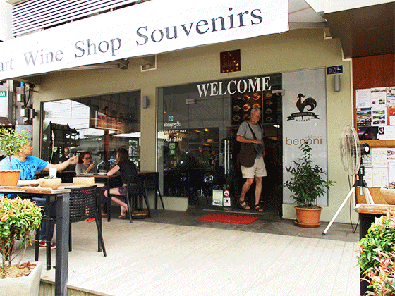 ラオスの首都ビエンチャン 観光客も集うカフェ