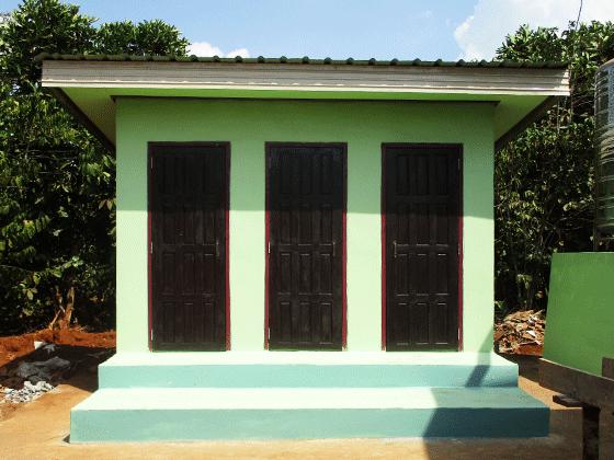 ラオス教育支援プロジェクト ドンニャイ校 新設のトイレ