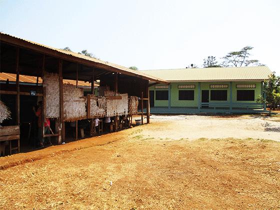 ドンニャイ校 新校舎と旧校舎