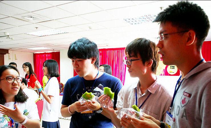 ベトナム料理の説明を受ける東大生