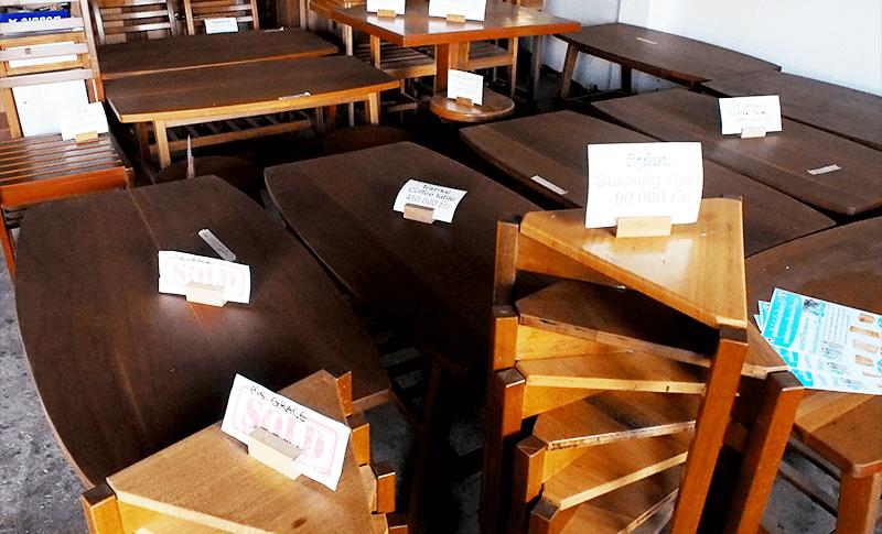 学生たちが作った机やキャビネット